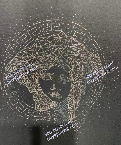 半袖Tシャツ ヴェルサーチVERSACE 2色可選 2021春夏 VERSACEブランドスーパーコピー ムダな装飾を排したデザイン